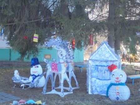 9   новогоднее оформление сосен  В гости к Дедушке Морозу на оленях